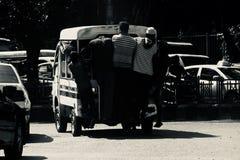 Les gens voyageant sur voitures à quatre roues traditionnelles au Bangladesh Image stock