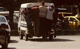 Les gens voyageant sur voitures à quatre roues traditionnelles au Bangladesh Photos stock