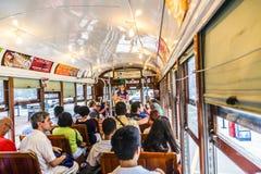 Les gens voyagent avec la vieille voiture célèbre de rue Images stock