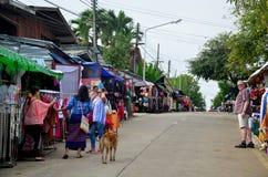 Les gens voyagent et des achats sur le marché de matin chez Sangkhlaburi Images libres de droits