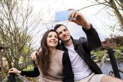 Les gentils amis de couples en parc prend un selfie Image libre de droits