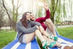 Les gentils amis de couples prend une détente de selfie Photo stock