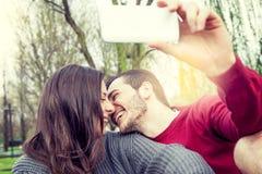 Les gentils amis de couples prend une détente de selfie Images stock