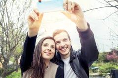 Les gentils amis de couples prend une détente de selfie Image stock