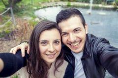 Les gentils amis de couples prend une détente de selfie Images libres de droits