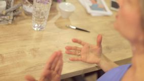 Les gestes de main, stylo se trouve banque de vidéos
