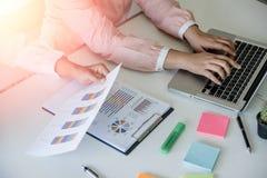 Les gestionnaires de comptes de jeune femme servent d'équipier le travail avec le nouveau projet de démarrage image stock
