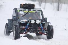 Les gestionnaires du vélo de quarte conduisent au-dessus de la piste de neige photos stock