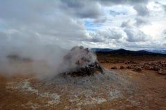 Les geysers chauds de soufre chez Hverir en Islande images libres de droits