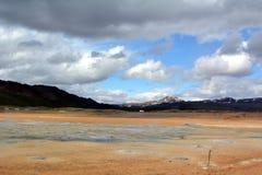 Les geysers chauds de soufre chez Hverir en Islande image libre de droits