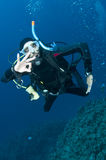 Les gies de plongeur autonome APPROUVENT le signe Image libre de droits