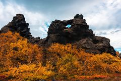 Les gisements de lave de Dimmuborgir s'approchent du lac Myvatn dans le nord de l'Islande photos stock