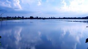 Les gisements de riz d'inondation en Thaïlande a le reflec de nuage gentil et de ciel bleu image stock