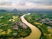 Les gisements de riz se sont divisés par la rivière dans la province de Guangxi, Chine photo libre de droits