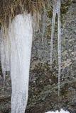 Les glaçons détaillent dans l'horaire d'hiver de neige Photo stock