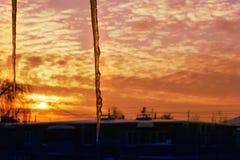 Les glaçons du toit brillent au soleil images libres de droits