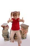 les glaces de fille de livres peu se repose Photo stock