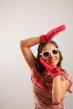 les glaces exposent au soleil les jeunes s'usants de femme photos stock