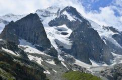 Les glaciers ont couvert la grande montagne Images stock
