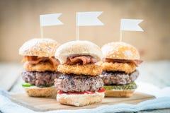 Les glisseurs étoffent de mini hamburgers grands partageant la nourriture images stock