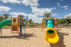 Les glissières et les terrains de jeu des enfants Parc de terrain de jeu Photos libres de droits