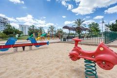 Les glissières et les terrains de jeu des enfants Parc de terrain de jeu Photographie stock