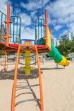Les glissières et les terrains de jeu des enfants Parc de terrain de jeu Images stock