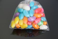 Les gommes colorées de jujube de dragées à la gelée de sucre ont isolé le sao noir Paulo Brazil de fond photographie stock