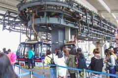 Les gondoles de funiculaire de Ngong Ping Skyrail arrondissent une jonction de rotation en route au grand monastère de Bouddha et Photo stock