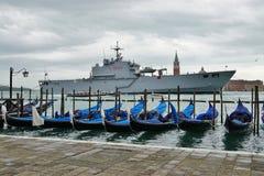Les gondoles et les militaires se transportent à Laguna vénitien images libres de droits