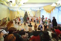 Les gosses dans des costumes célèbrent l'an neuf Image libre de droits