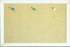 Les goupilles colorées sur le liège embarquent pour la note ou l'éducation photographie stock