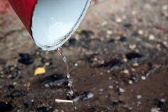 Les gouttes de l'eau tombent du drain de pluie photographie stock