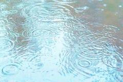 Les gouttes de pluie tombent dans un magma Temps pluvieux image libre de droits