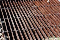 Les gouttières vidangent la grille, couverture de drain Drains de route - couverture d'égout Grille de fer de drain de l'eau sur  images stock