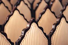 Les grades des dos en bois et des fauteuils rayés tapissés ont brouillé le fond d'art Image stock