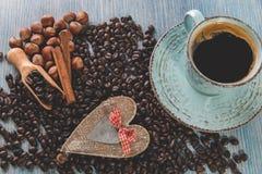 Les graines de café ont fait frire des écrous de cannelle de grains Photos stock
