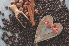 Les graines de café ont fait frire l'amour d'écrous de cannelle de grains Image libre de droits