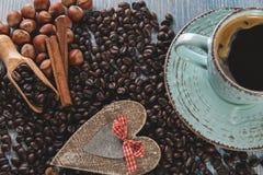Les graines de café ont fait frire l'amour d'écrous de cannelle de grains Photo stock
