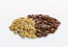 les graines de café proches de fond ont isolé la photo vers le haut du blanc Photos libres de droits