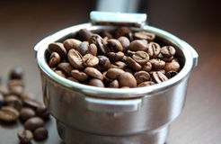 les graines de café proches de fond ont isolé la photo vers le haut du blanc Photos stock