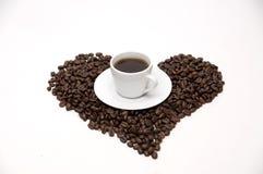 les graines de café proches de fond ont isolé la photo vers le haut du blanc Photographie stock