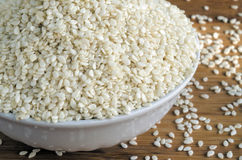 Les graines de sésame blanches dans une tasse blanche Photos libres de droits