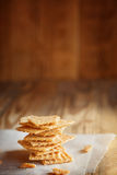 Les graines de sésame blanches glacées coupées dans la pile dessus Photo libre de droits