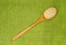 Les graines de sésame dans une cuillère sur une feuille verte Photos libres de droits