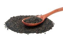 Les graines de sésame noires dans la cuillère en bois Image stock