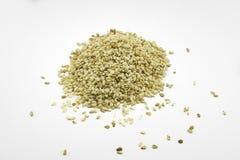 Les graines de sésame sur le fond blanc Images stock