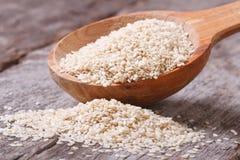 Les graines de sésame dans un plan rapproché en bois de cuillère Photographie stock libre de droits