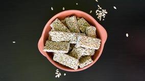 Les graines de tournesol remplies de sirop de miel ou de sucre ont séché prêt pour la consommation banque de vidéos