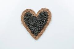 Les graines de tournesol se trouve au coeur fait de toile de jute Photo libre de droits